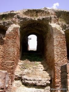 Foto 8: Pozzuoli, Anfiteatro Flavio, fiancata meridionale, scalinata di accesso (vomitorium) alla precinzione alta (summa cavea).