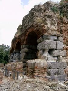 Foto 11: Pozzuoli, Anfiteatro Flavio, muratura in travertino del Monte Massico sul lato meridionale, databile alla prima fase costruttiva.