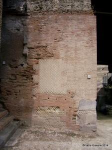 Foto 13: Pozzuoli, Anfiteatro Flavio, pilastro sinistro dell'ingresso orientale, muratura in opera mista (opus mixtum).