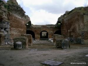 Foto 3: Pozzuoli, Anfiteatro Flavio, portico monumentale (propylon) sul lato meridionale.