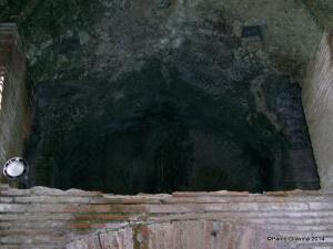 Foto 11: Pozzuoli, Anfiteatro Flavio, sotterranei, volta di un ambiente adell'ambulacro settentrionale con i fori di alloggiamento per i pali di sostegno del sistema di sollevamento delle gabbie.