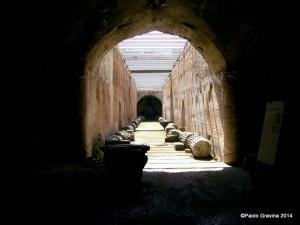 Foto 19: Pozzuoli, Anfiteatro Flavio, sotterranei, corridoio centrale con apertura rettangolare per l'installazione delle scenografie.